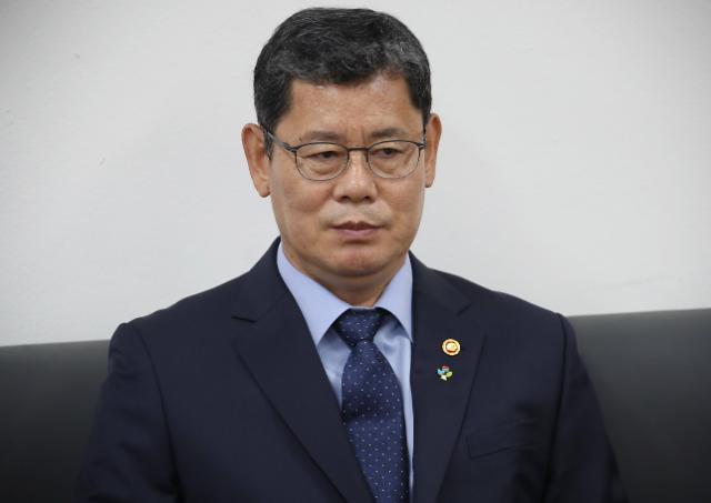 김연철 통일부 장관, 오늘(19일) 오후 4시 공식 퇴임…취임 1년 2개월만(종합)