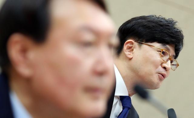 """민주당, 윤석열 비판 수위 올려...""""추미애 검찰지휘 적절"""""""