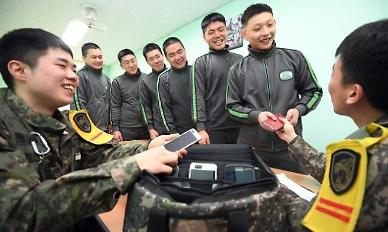 Military officially allows soldiers to freely use smartphones at barracks after work hours