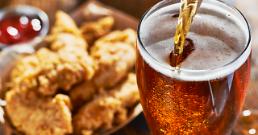 .今晚炸鸡啤酒何如?韩国今起放宽外卖送酒限制.