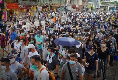 혼돈의 홍콩...15살 소녀부터 국회의원까지 400명 가까이 체포됐다