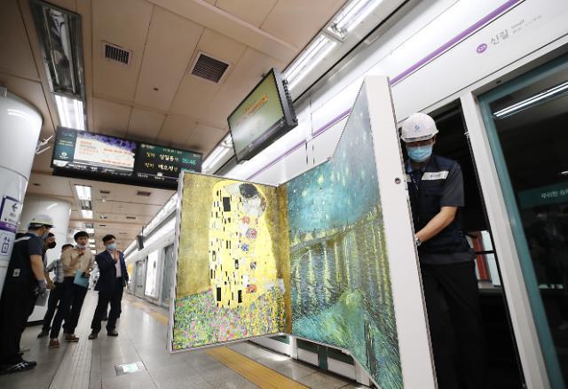 [포토] 지하철 광고판을 접으면 비상탈출구 된다