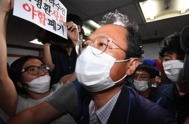 [포토] 항의 속 중앙집행위원회 참석하는 김명환 위원장
