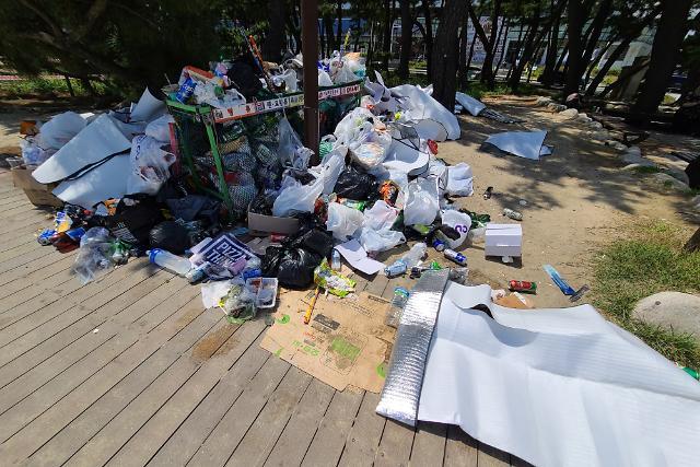 [슬라이드 화보] 백사장에 버려진 쓰레기