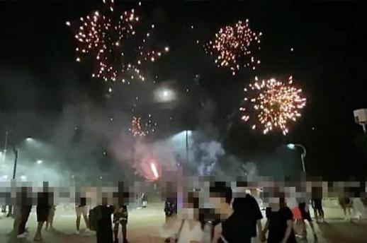 一群美军在釜山闹市朝路人放烟花被罚300元