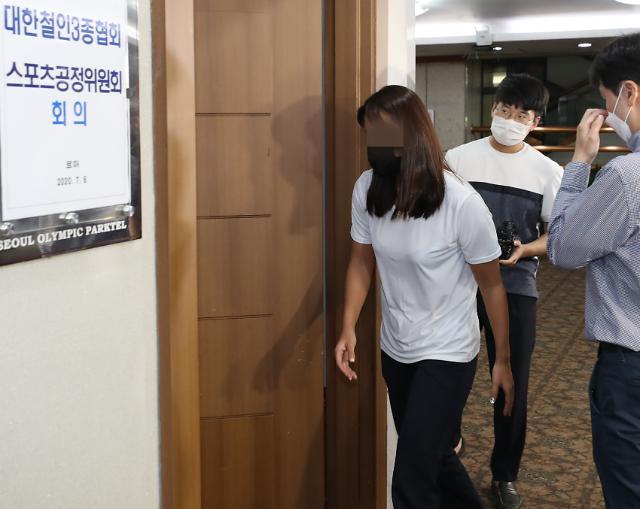 [포토] 스포츠공정위 회의 들어서는 트라이애슬론 장윤정