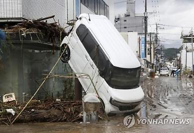 [포토] 일본 폭우에 물구나무 선 자동차