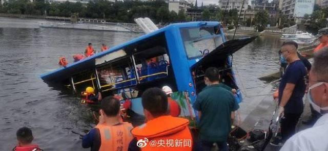 中서 가오카오 수험생 태운 버스 저수지 추락... 2명 사망 18명 부상