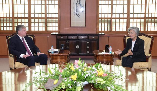 韩国外长与美国副国务卿举行会谈
