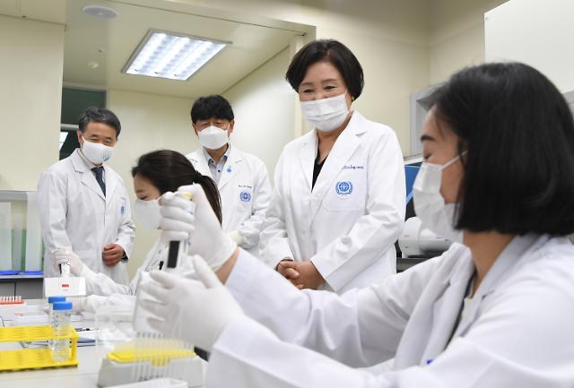 [포토] 코로나19 관련 실험실 방문한 김정숙 여사