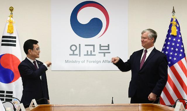 [포토] 조세영-비건 사회적 거리 두고 인사