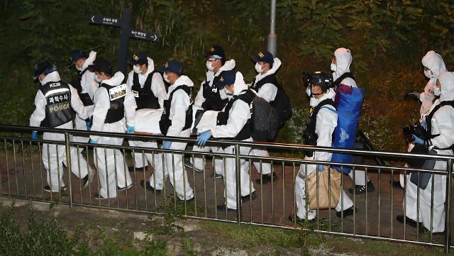 [슬라이드 화보] 박원순 시장 시신 운구하는 경찰과학수사대