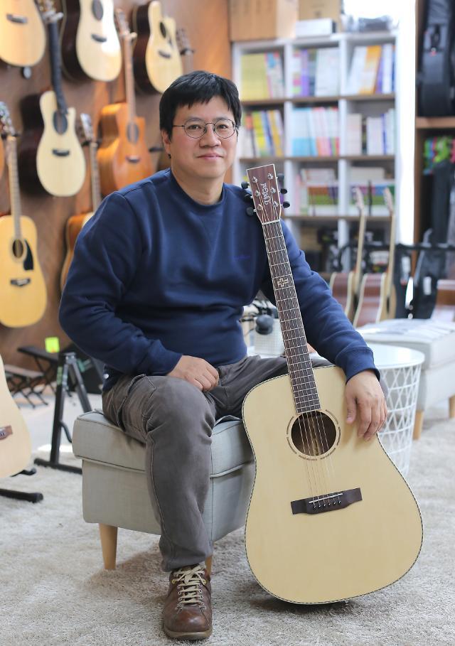 [코로나19 극복 쇼핑몰⑮] 악기연주 취미 늘며 기타 수요 증가