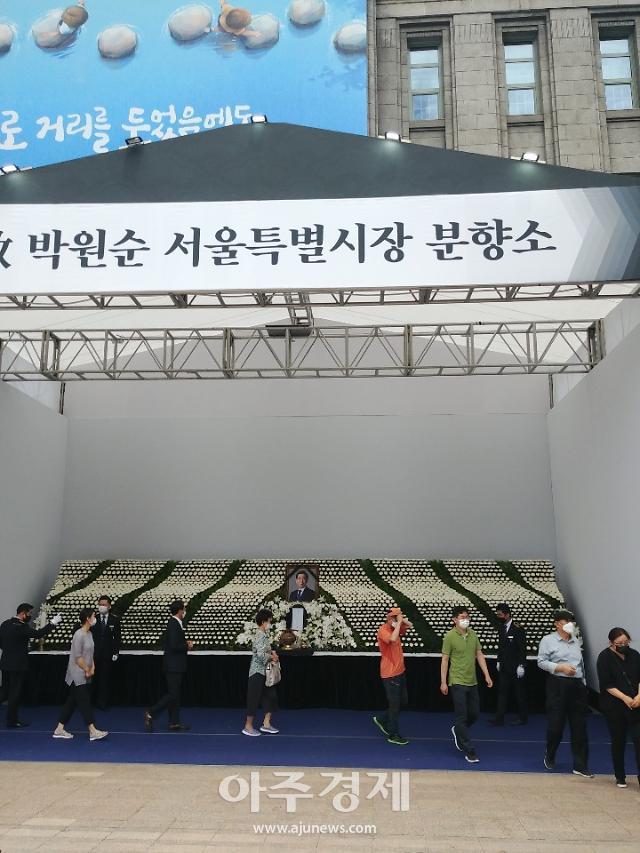 [슬라이드 포토] 서울시청 앞 故박원순 시민분향소…시민 추모 행렬