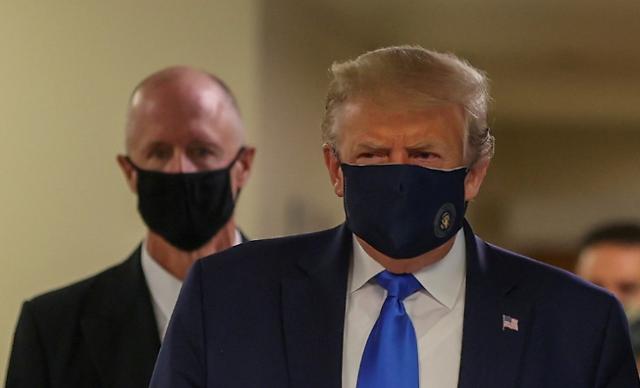 트럼프, 공식 석상에서 처음으로 마스크 착용