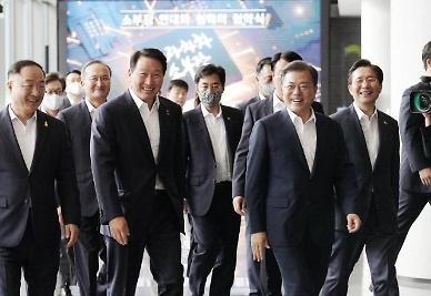 文대통령 지지율, 7주 연속 하락…'조화 논란'에 진보층 이탈 가속화