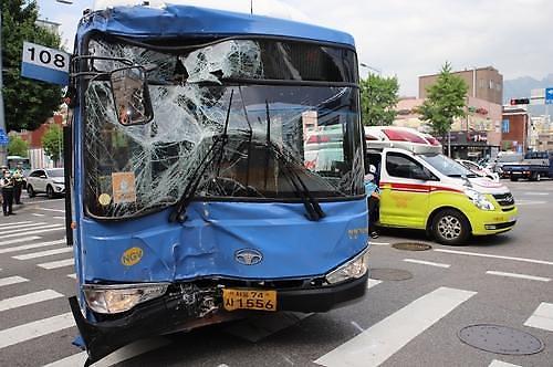 首尔市内公交突发事故 司机失去意识撞向路边建筑