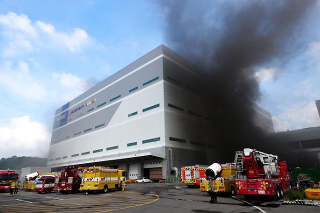 [포토] 검은 연기 치솟는 양지물류센터