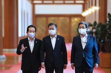 잇따른 악재에 '잔인한 7월' 보내는 文