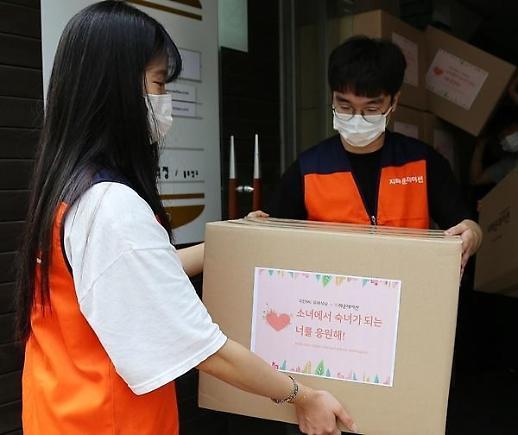 刘在石为500名低收入女性捐赠卫生用品