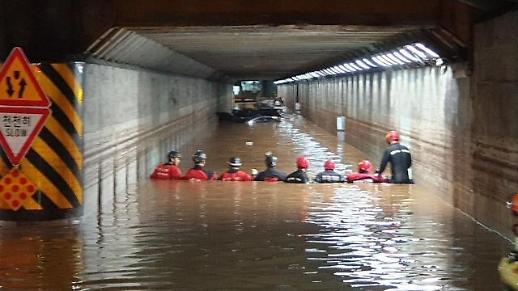 暴雨袭击釜山3人溺死 多处街道被淹