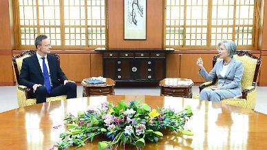 강경화 장관, 코로나 이후 두 번째 대면외교…헝가리 장관 면담