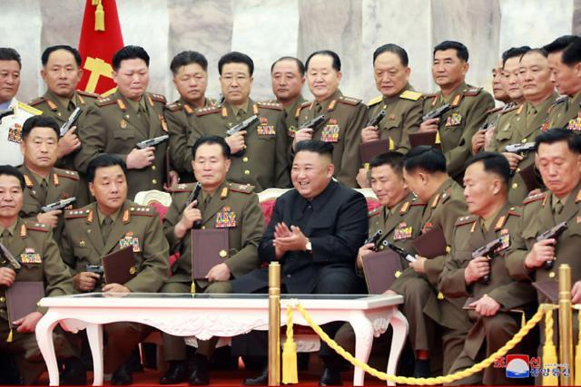"""김정은 """"北은 핵 보유국…자위적 핵억제력으로 안전·미래 담보"""" (상보)"""