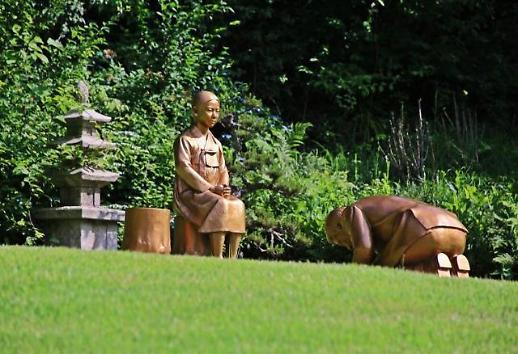 拒绝撤下安倍下跪赎罪雕塑 韩野生植物园长指责政府干涉艺术创作自由