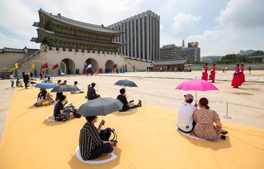 景福宫恢复开放 游客保持距离看门将换岗