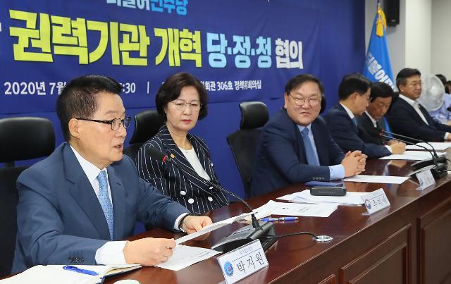 靑 NSC, '탈북민 월북' 방지책 논의…이인영·박지원 첫 참석
