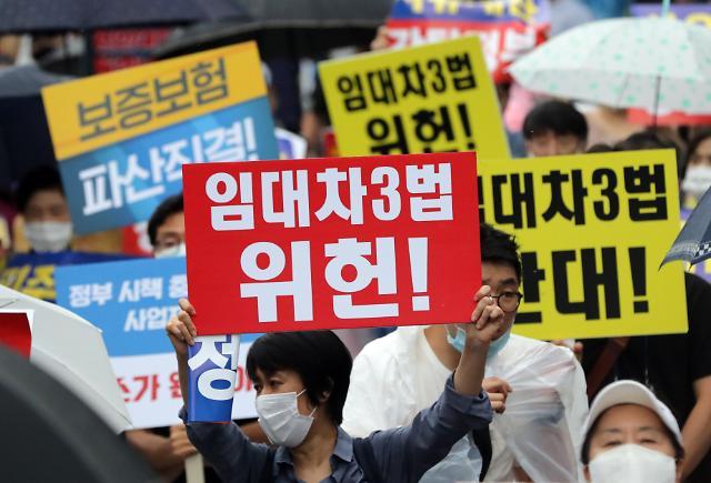 [슬라이드 포토] 하늘로 솟은 신발…정부 부동산 규제책 규탄 집회