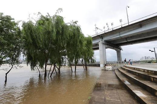 汉江水位上涨 市民公园被淹