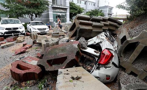 暴雨冲毁砖墙 小轿车被砸稀碎