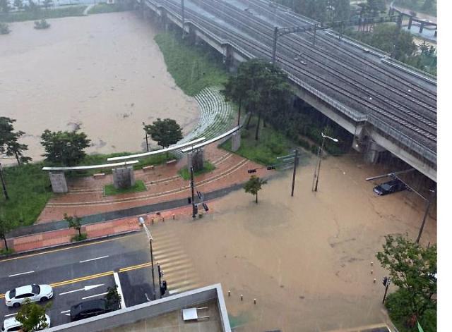 [포토] KTX천안아산역 인근, 지하도 침수 못 피한 승용차 1대
