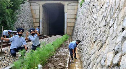 朝鲜经济面临疫情暴雨制裁三重考验