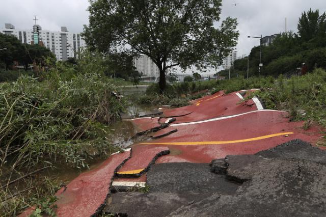 [슬라이드 포토] 폭우가 남긴 상처, 그 상처 치료하는 손길들