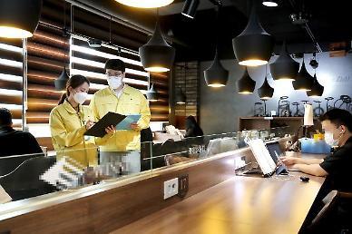 """[코로나19] 카페‧식당 방역 수칙 강화…방역당국 """"먹을 때만 마스크 벗고 대화는 자제"""""""