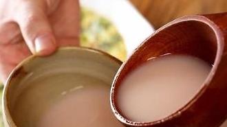 Đại dịch COVID-19 gia tăng doanh số bán rượu gạo Makgeolli trực tuyến tại Hàn Quốc