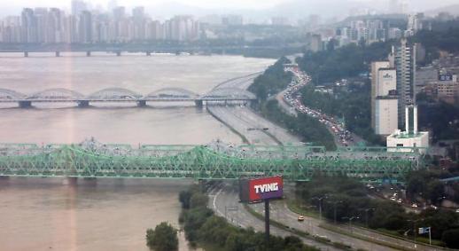 暴雨致首尔多处交通要道封路 汉江大桥时隔9年再响洪水警报