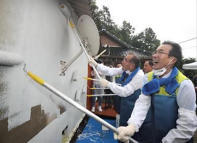 [포토뉴스] 이성희 농협중앙회장 사랑의 집 고치기 봉사 활동