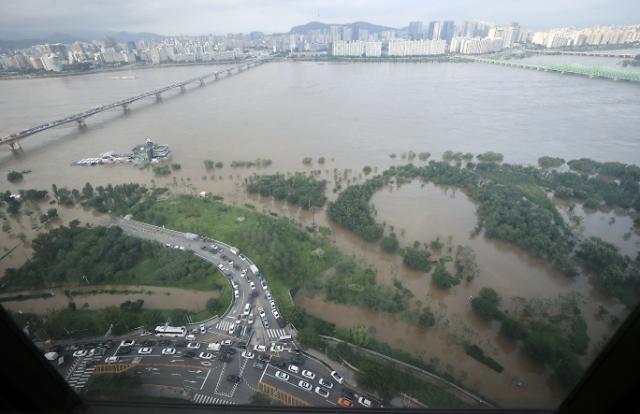 [포토] 높아진 한강 수위에 모습 감춘 여의도 한강공원