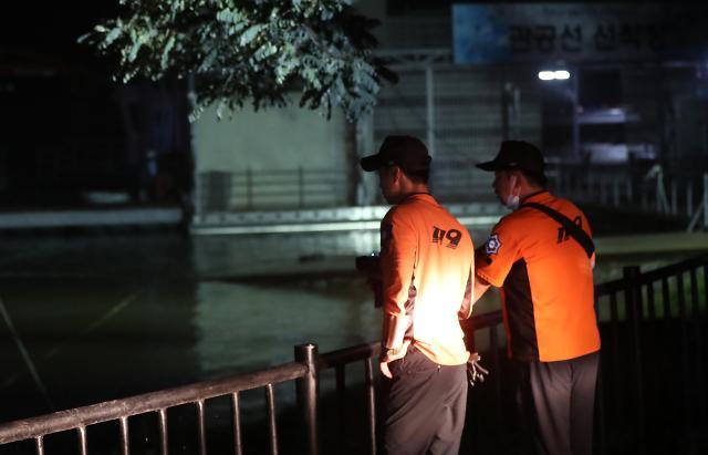 [슬라이드 포토] 인재(人災) 밤에도 계속된 의암댐 실종자 찾기