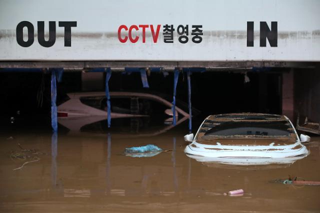 [슬라이드 포토] 광주·전남 침수 피해···아파트 주민들, 생수 보급받고 임시 화장실 이용