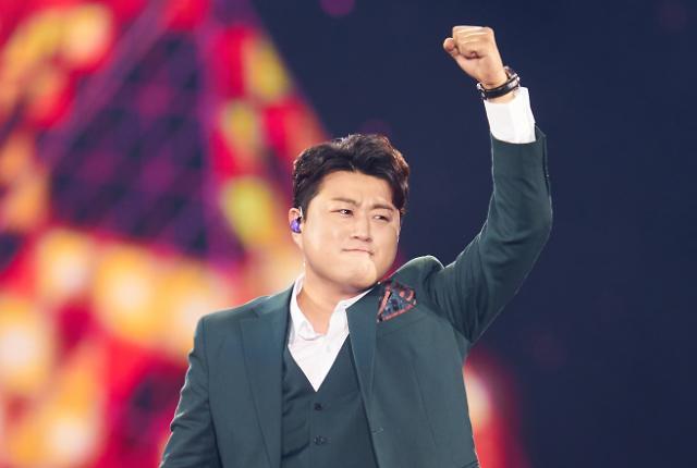 [포토] 열정적인 무대 선보이는 김호중 (미스터트롯 콘서트)