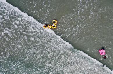 삼척서 바다에 빠진 부자 50m가량 떠내려가다 구조