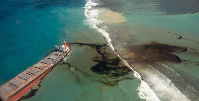 [슬라이드 포토] 日, 모리셔스의 쪽빛 바다를 검게 물들였다