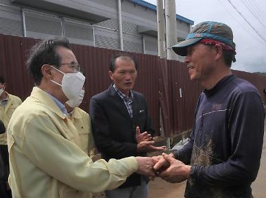 [포토] 이성희 농협중앙회 회장, 전남 침수 피해 현장서 농업인 위로