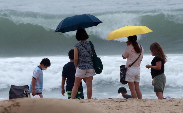 [슬라이드 포토] 부산 상륙한 태풍 장미, 별다른 피해 없이 소멸 예정