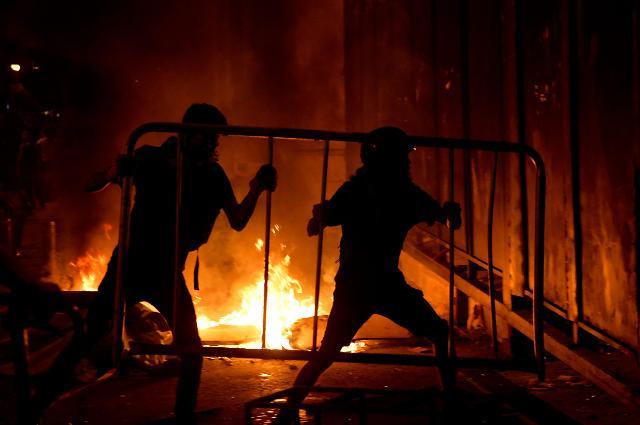 [슬라이드 포토] 레바논 베이루트 폭발은 정부탓, 격렬한 반정부 시위 현장