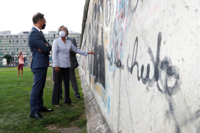 [포토] 베를린 장벽 살펴보는 강경화 외교부 장관